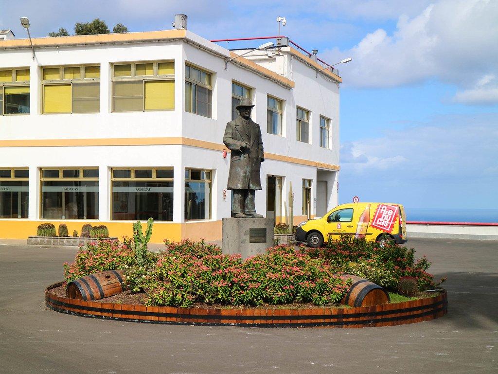 Entrada a la fábrica de ron Arehucas