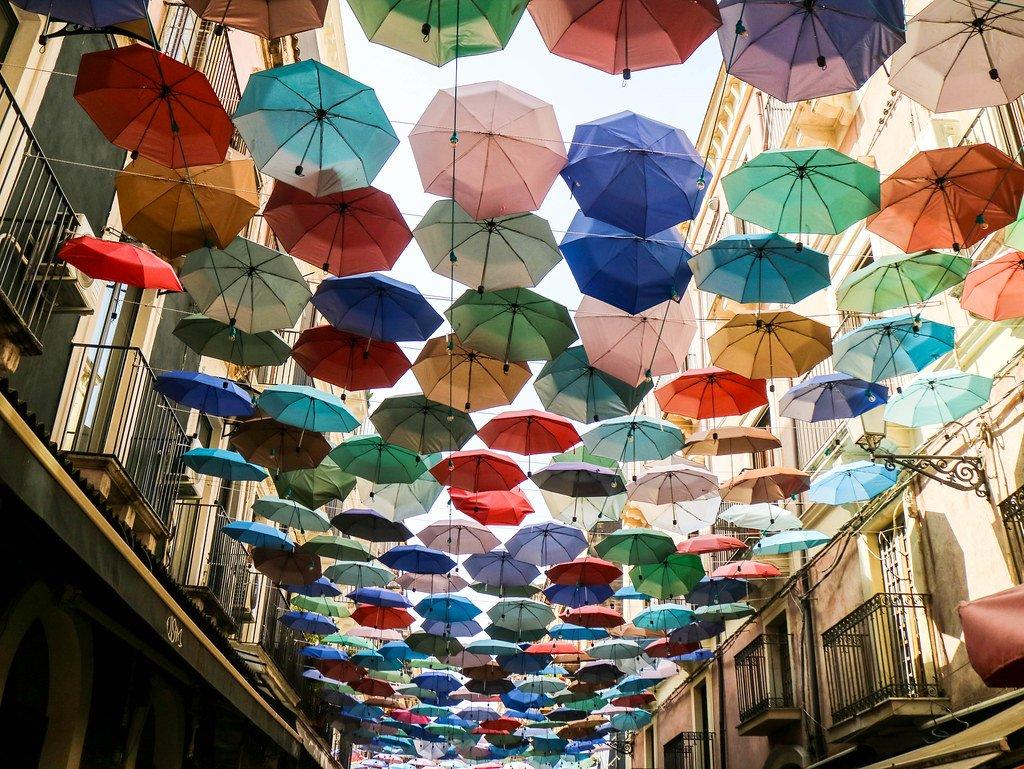 Parasoles de colores en el mercado de Catania en Sicilia
