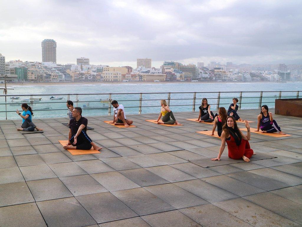 Practicando yoga en la playa de Las Canteras
