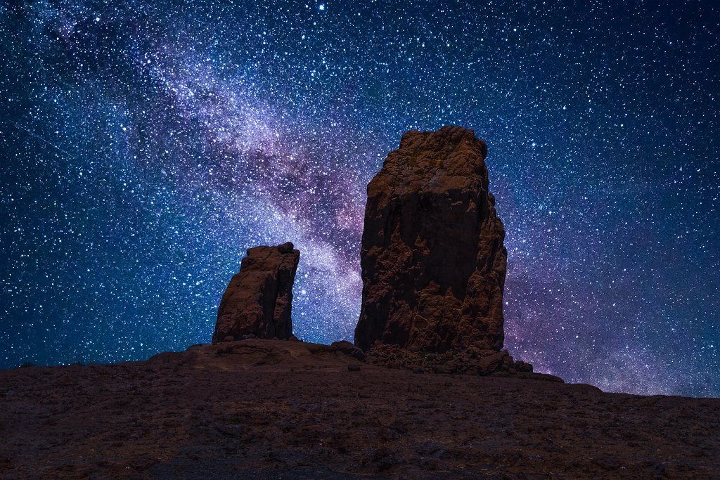Vista del Roque Nublo con un cielo totalmente estrellado