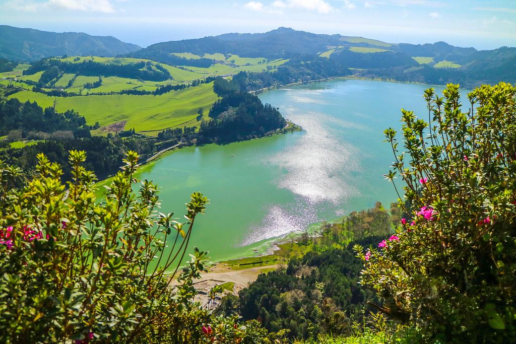Vista del Lago de Furnas desde el mirador Pico do Ferro