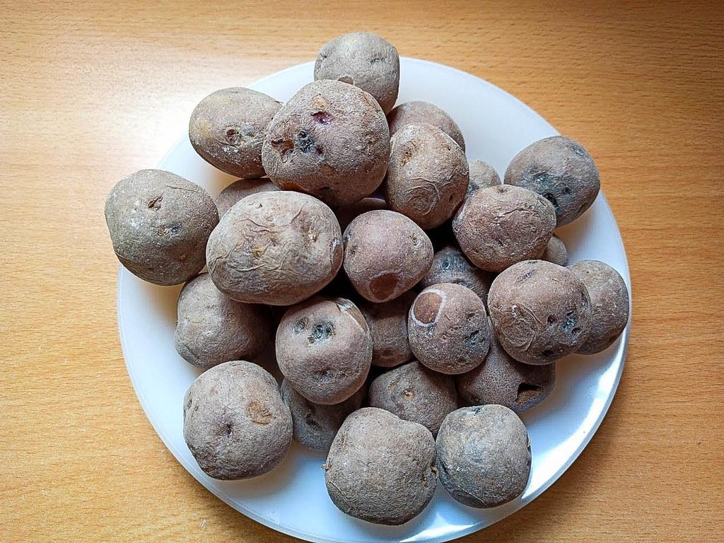 Papas tipo azucena negra cocidas con sal son típicas de la cocina canaria