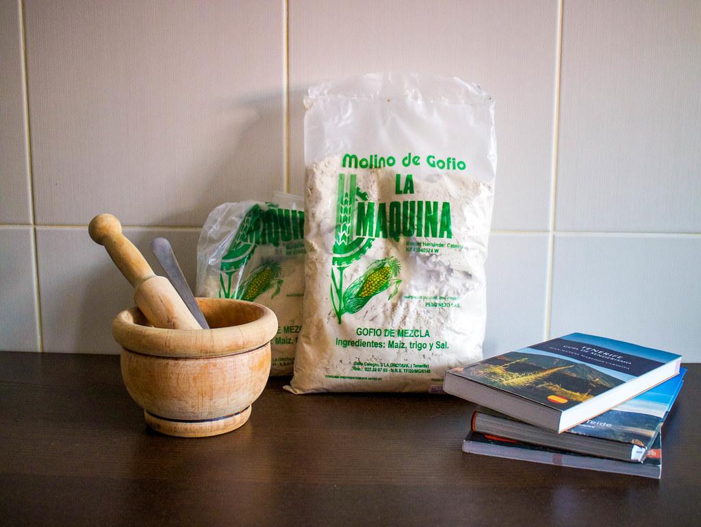 El gofio molido es un ingrediente típico de la cocina canaria