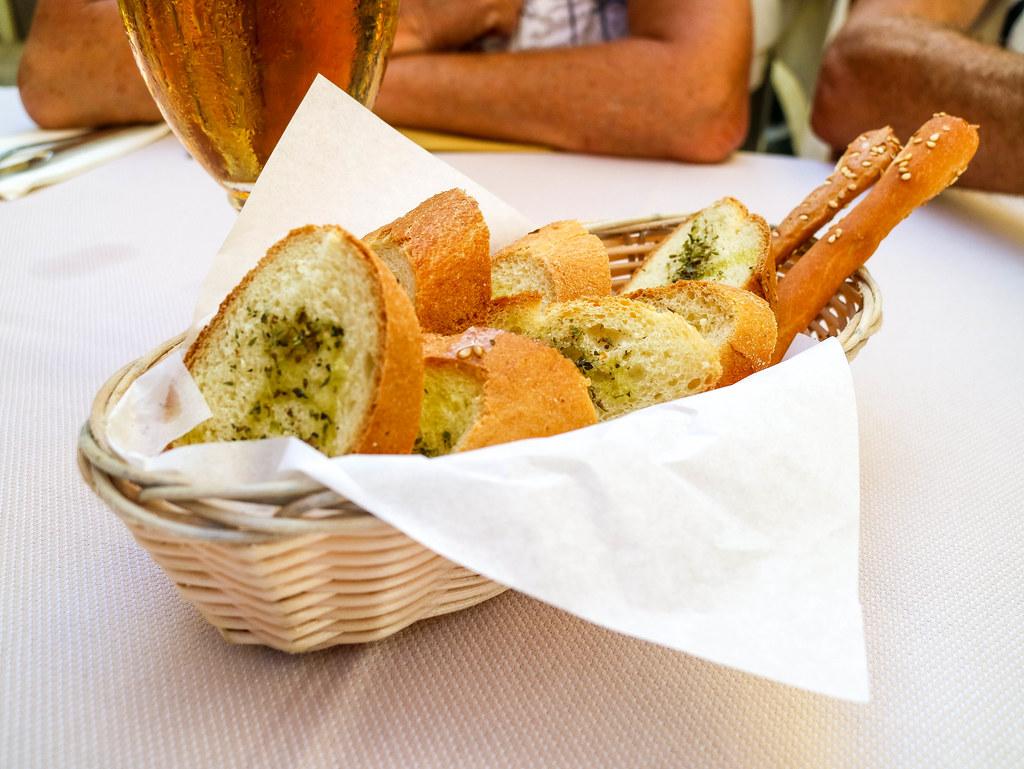Bandeja de pan con ajo en un restaurante de Sicilia