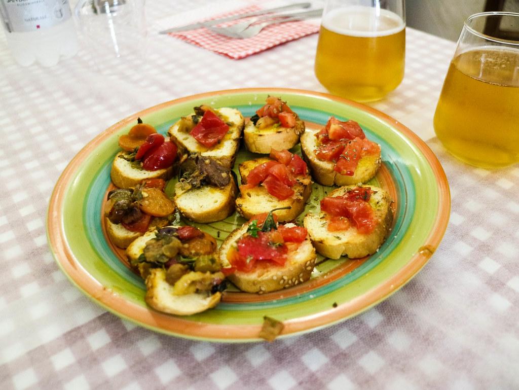 Aperitivo en un bar de sicilia, pan con tomate y setas