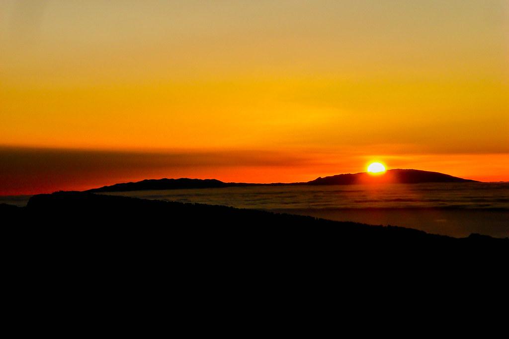 El sol ocultandose sobre la isla de La Palma visto desde el PN del Teide