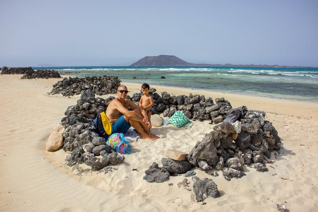 Playa El Pozo con isla de Lobos de fondo en Fuerteventura