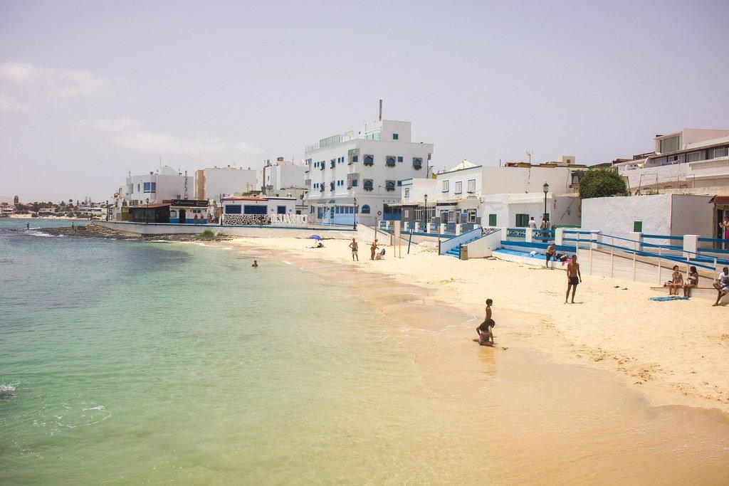 Playa en el pueblo de Corralejo en Fuerteventura