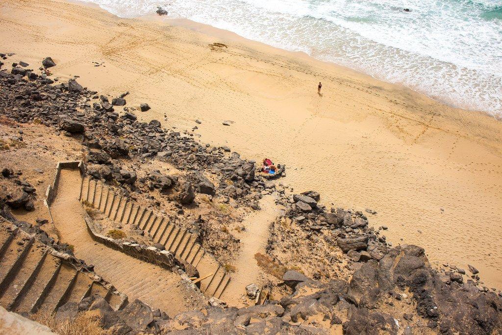 Escaleras de acceso a la playa del Aguila en Fuerteventura